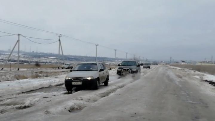 Обледеневшую дорогу на севере Волгограда караулит спящий тракторист