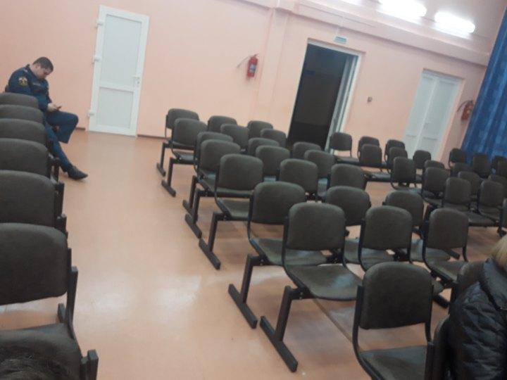 В актовом зале школы дежурят сотрудники МЧС