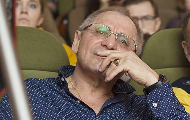 Утро в день 70-летия экс-мэр Вячеслав Тарасов встретил, стоя на голове