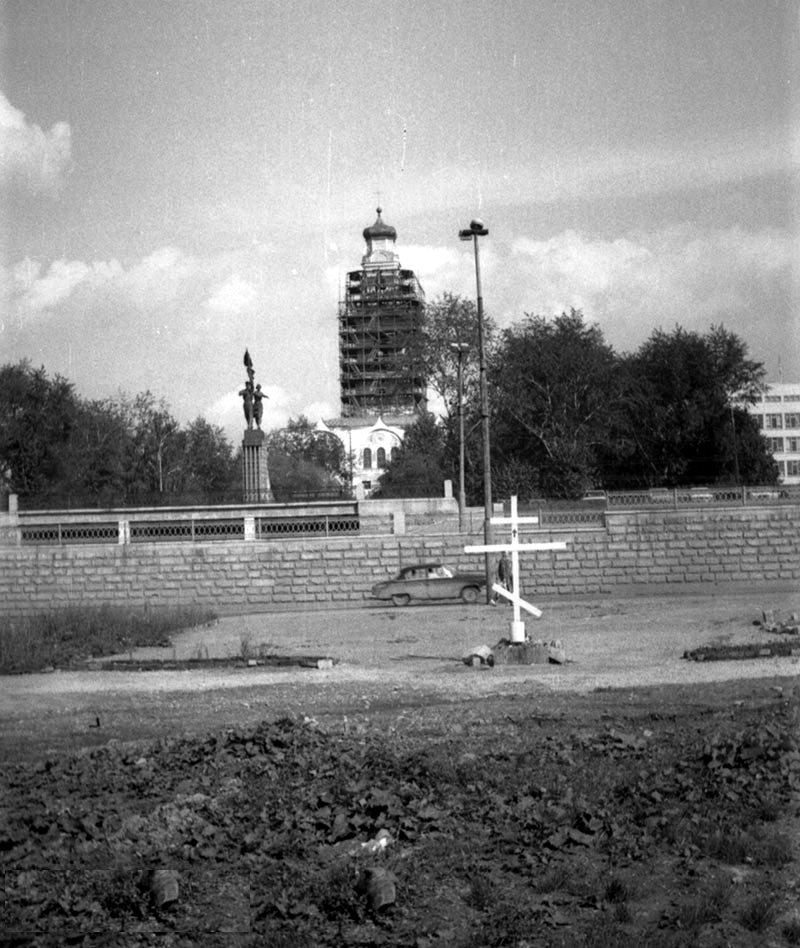 Крест на пустыре, где позже построят храм.