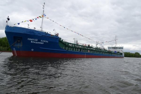 В честь памятного события красавец-танкер украсили флажками