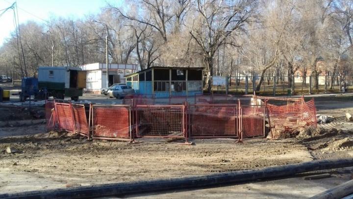 Гигантский провал асфальта на Мехзаводе устранят в течение 1–2 месяцев