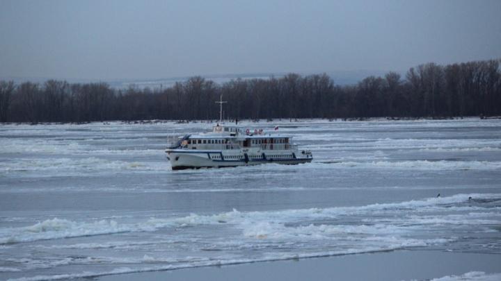 В Самаре навигацию закрыли последним теплоходом, который застрял во льдах