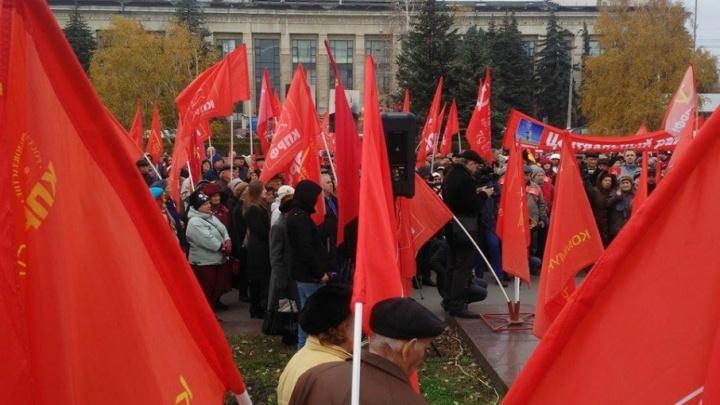 В Волгограде в столетие революции вновь призвали отдать заводы рабочим