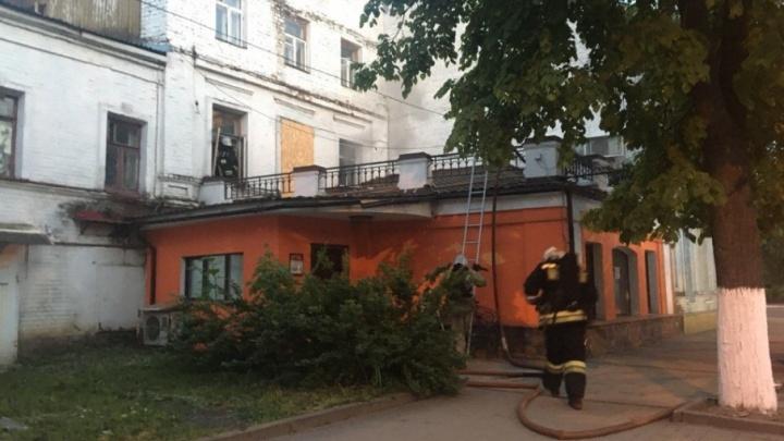 В центре Ярославля полыхает дом: на месте пожарные и реанимобиль
