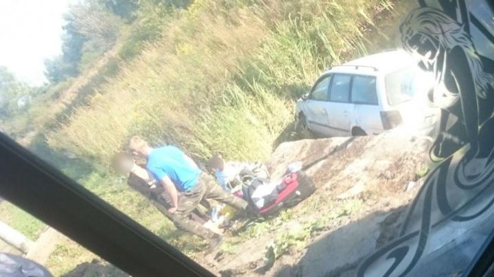 На Окружной дороге автомобиль с детьми в салоне улетел в канаву с водой