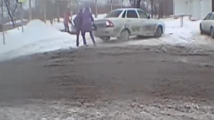 Видео момента ДТП: в Сызрани водитель «Приоры» задним ходом сбил местную жительницу