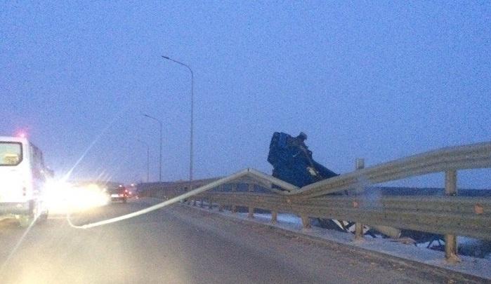 На совмещенном мосту на дорогу упал кран