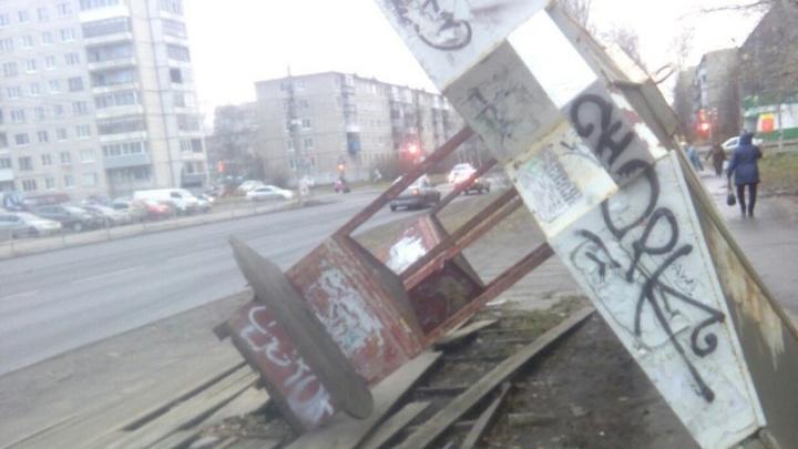 На улице Тимме демонтировали обрушившийся остановочный комплекс