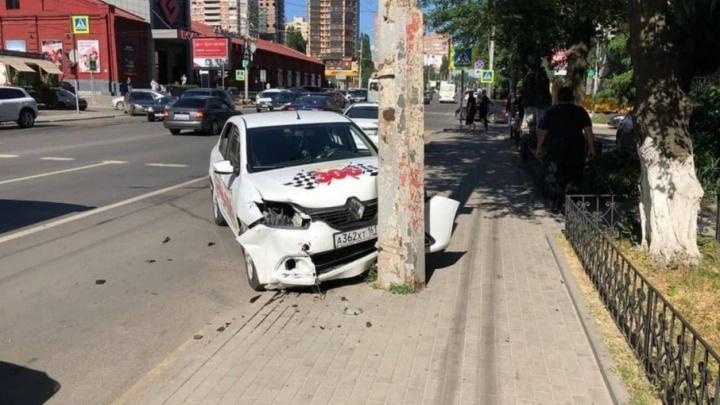 В центре Ростова водитель такси врезался в «Порше-Бокстер», а затем протаранил столб