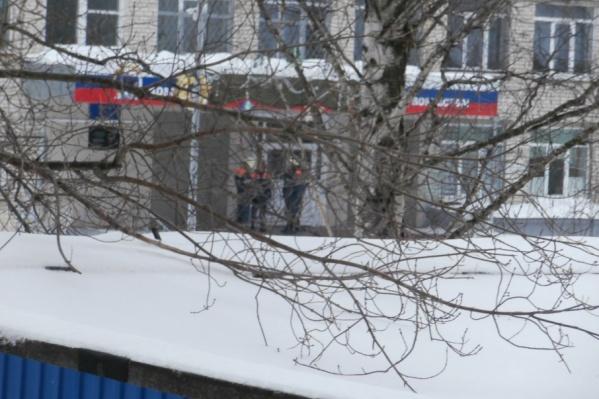 Учеников отвели на безопасное расстояние от здания