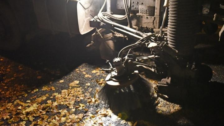 Коммунальщики стали по ночам собирать с улиц Ярославля осенние листья