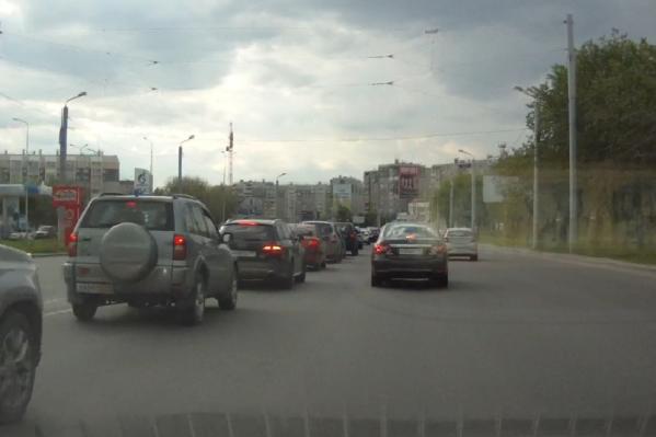 Некоторым автомобилистам сложно сориентироваться на дороге без разметки