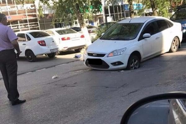 Переднее колесо авто угодило в яму на Соколова