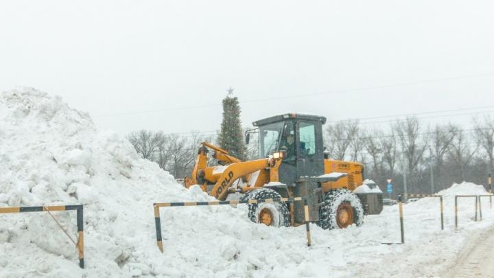 Бросились на подмогу: в борьбе со снегом в Самаре задействовали 3000 человек и 500 машин