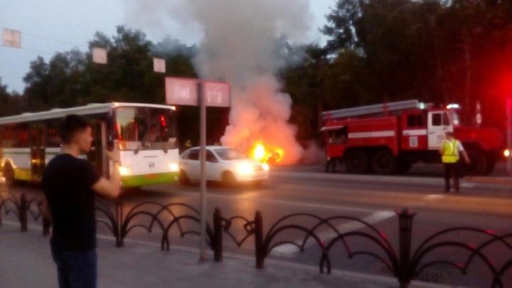 На улице Республики на ходу загорелась Honda Civic