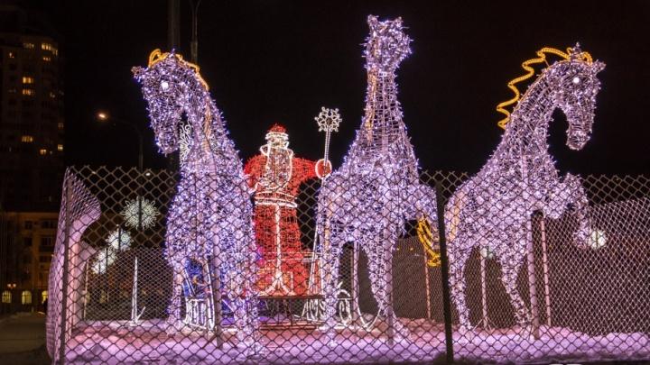Три белых коня, мэрия в огнях и тыква-карета: ночная Самара преобразилась к Новому году