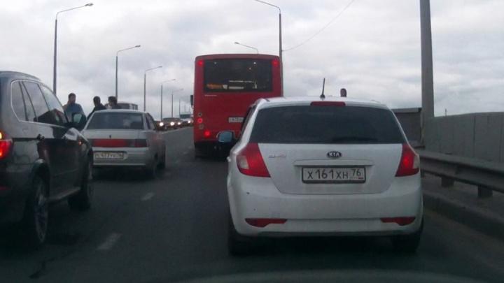На Октябрьском мосту четверо мужчин избили молотком водителя