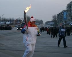 Два депутата Заксобрания области пробежали эстафету с олимпийским огнем