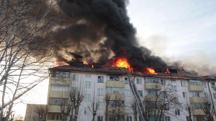 Дом на Парфенова, горевший утром, не обслуживается ни одной УК: восстанавливать крышу будут за счет администрации
