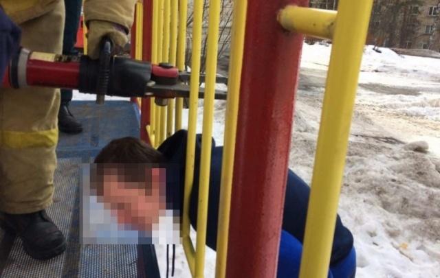 Южноуралец застрял в детской горке, засунув на спор голову между прутьями