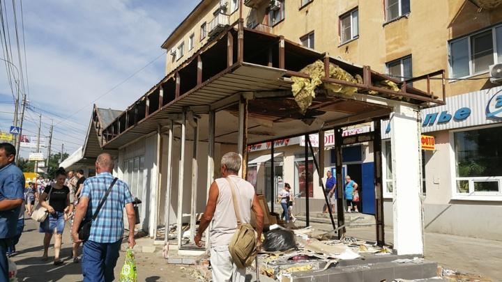 В Волгограде начали сносить павильоны на остановке «Тракторный рынок»
