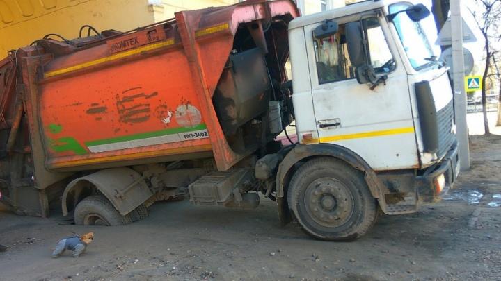Дороги взбунтовались: в Ярославле мусоровоз провалился в дыру в асфальте