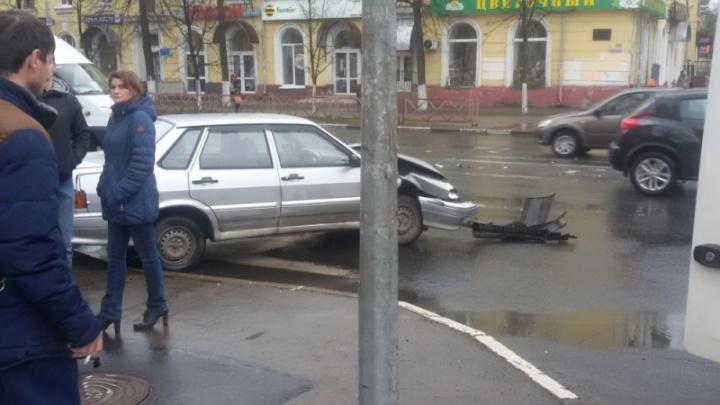 В центре Ярославля «Лада-Веста» снесла забор у дороги