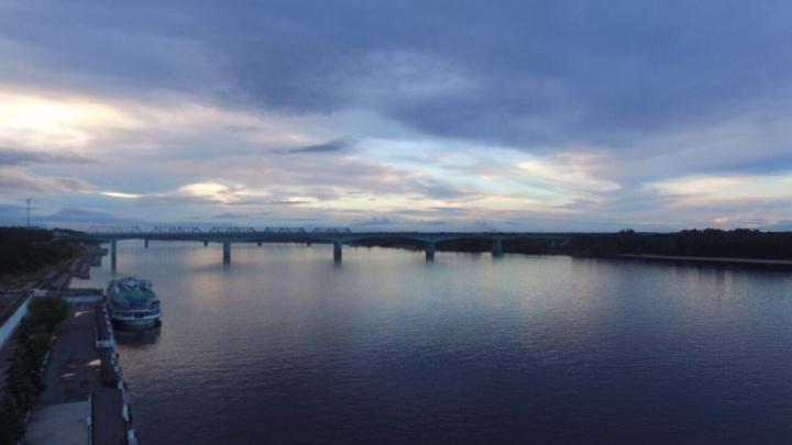 Ночью полицейские сняли с Октябрьского моста молодого мужчину