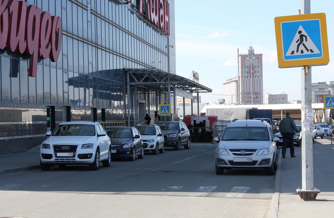 Audi также не выдерживает 5 метров до перехода, а у Lada Largus другая проблема: менее 3 метров до сплошной линии