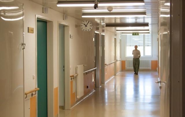 В Самаре хотят наказать врачей больницы, которые оставили инвалида лежать на земле
