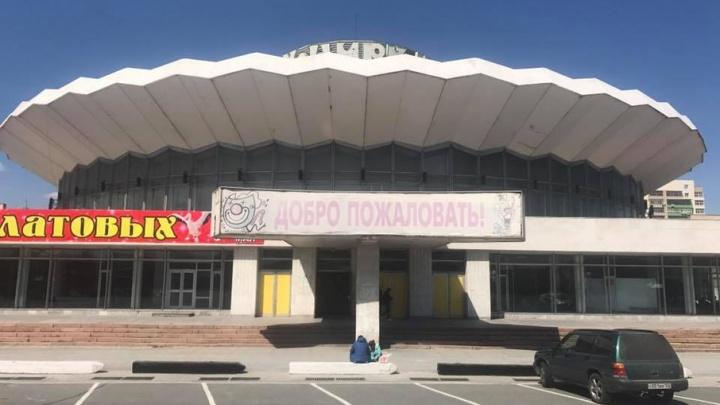 От цирка отлетает мрамор: тяжелые плиты над входом в здание пугают челябинцев
