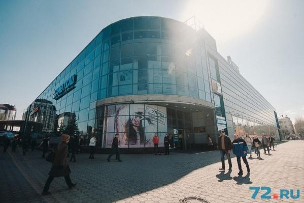 Конфликт между посетителями и охраной торгового центра произошел 15 апреля. Заявления в полицию поступили от обеих сторон