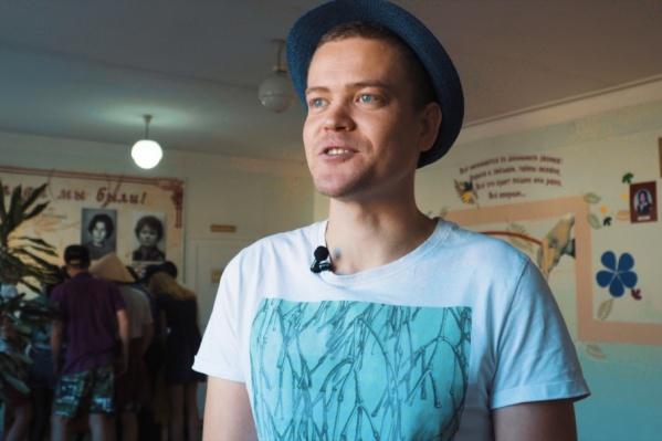 30-летний учитель школы №17 и уроки немецкого языка ведёт, и праздники для коллег устраивает