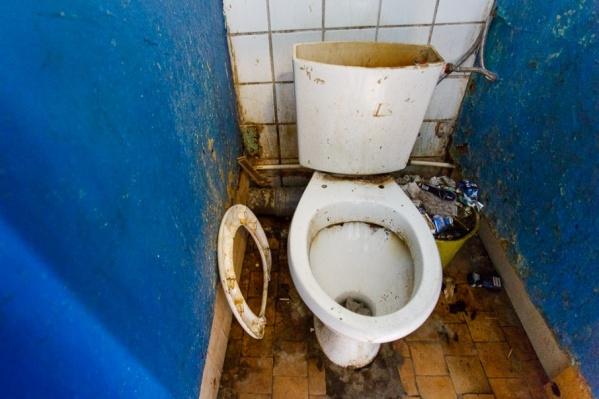 Из-за коммунальных распрей жители не могут оставаться в общежитии ни дня