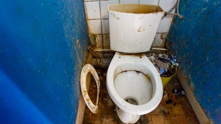 Волгоградцы три года воюют за вход в туалет общежития