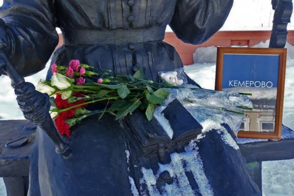 Еще до официального объявления траура активисты по всей стране стихийно организовывали акции памяти. Архангельск не остался в стороне
