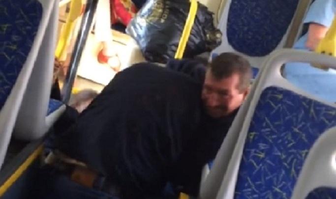 В волгоградском автобусе компания безбилетников затеяла драку