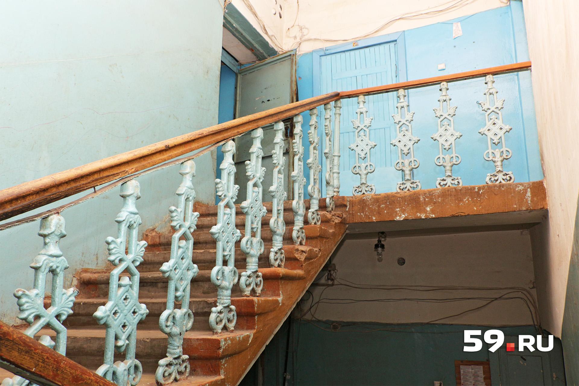 Подъезд центрального крыла. На лестничных площадках установлены массивные перила