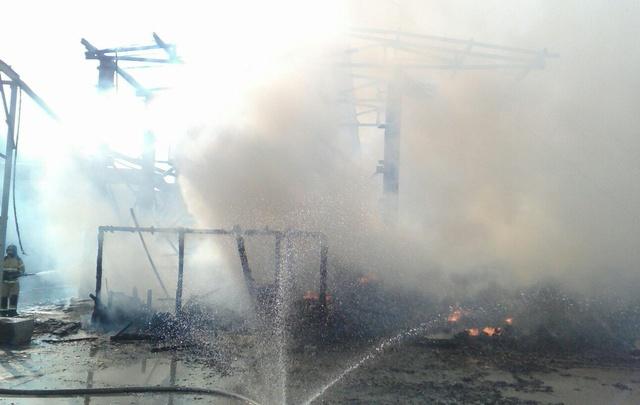 36 огнеборцев тушили пожар в промзоне на улице Судостроителей