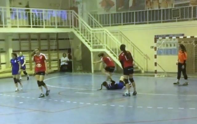 В Волгограде юная гандболистка из Ростова специально наступила на голову москвичке