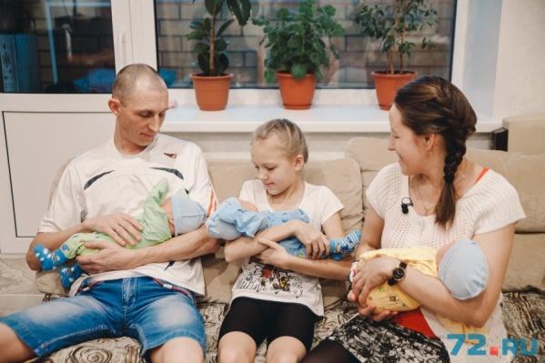 Семья Лукьяненко полным составом: папа Максим, старшая дочка Настя, мама Ирина и новорождённые