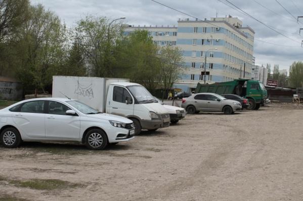 На парковке до сих пор остаются машины