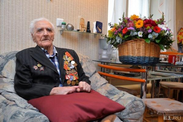 Александру Герасимовичу Шелковому 106 лет, наверное, он самый возрастной ветеран Свердловской области.