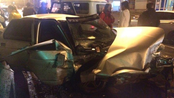 «Обе машины как будто взорвали»: у ТЦ «Орбита» лоб в лоб столкнулись «Рено» и ВАЗ