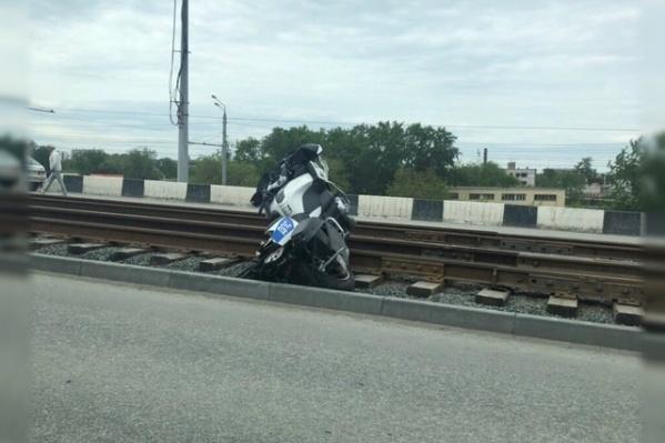Полицейский, мотоцикл которого вылетел на трамвайные пути, находится в больнице с переломами обеих ног и руки