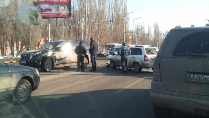 Перегородили Московское шоссе: в Самаре столкнулись Toyota Land Cruiser и «Калина»