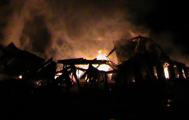 В Тюменской области из-за непотушенной сигареты дотла сгорел двухэтажный дом, один человек погиб