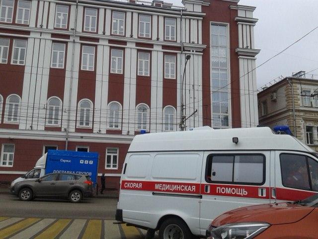 В администрации города приехали сотрудники полиции, МЧС и бригады скорой помощи