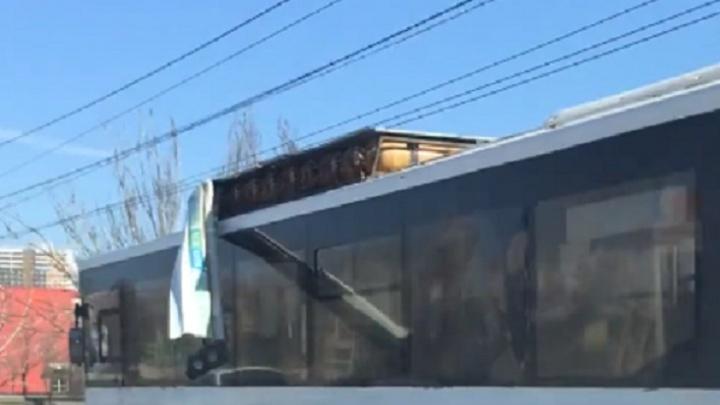 Пассажирский автобус прокатился по Волгограду с отрывающейся обшивкой
